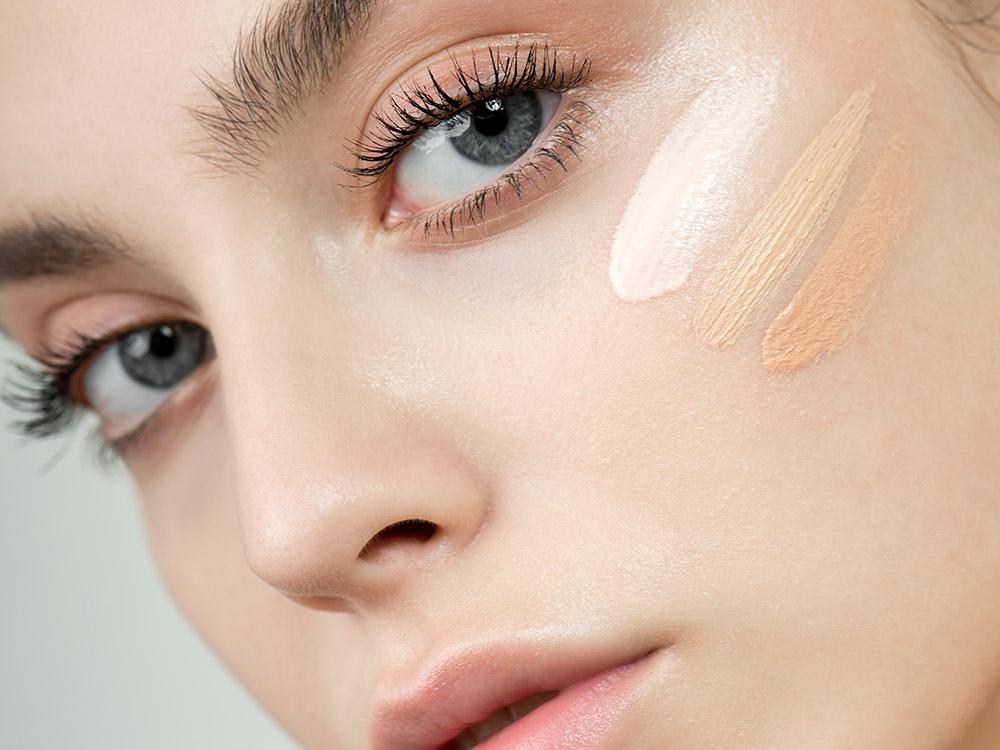 Neben Augenringe OPs gibt es auch kosmetische Maßnahmen um Augenringe zu kaschieren