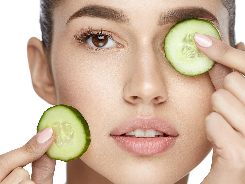 Gurke in dünnen Scheiben auf die Augenpartie aufgelegt kühlt und spendet Feuchtigkeit