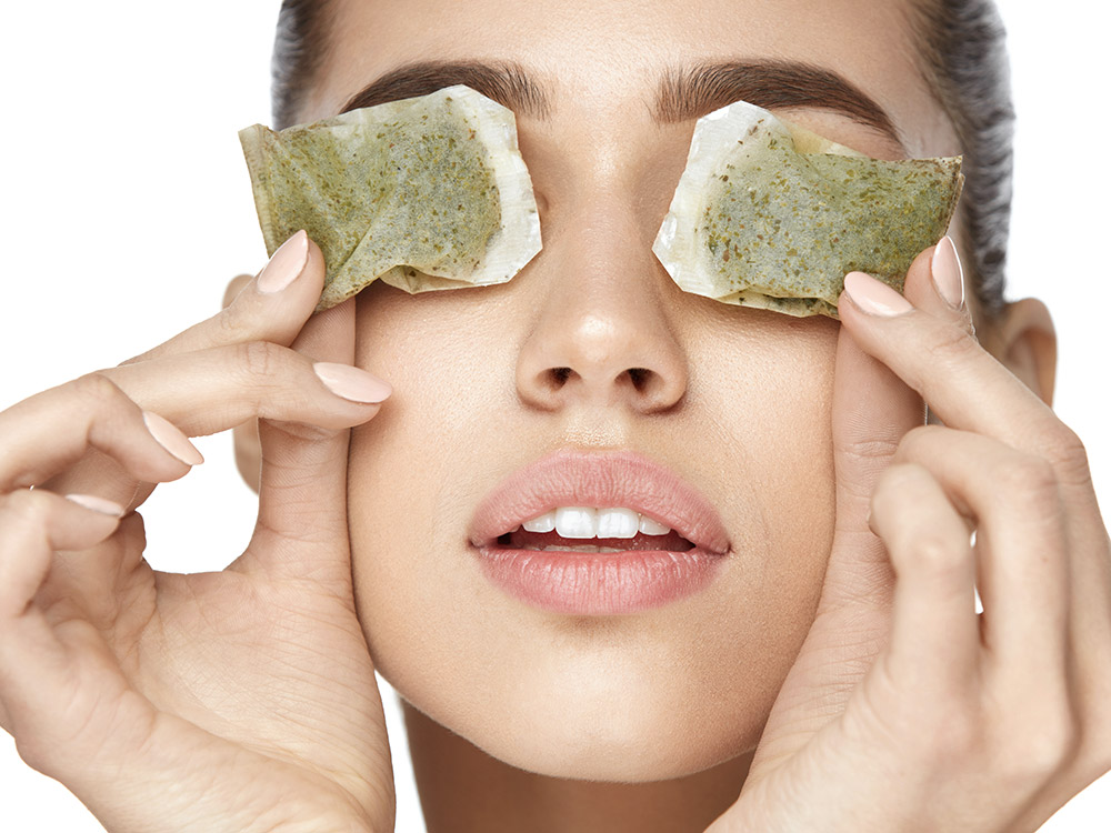 Teebeutel gegen Augenringe kühlen und ziehen durch die Tannine die Gefäße zusammen